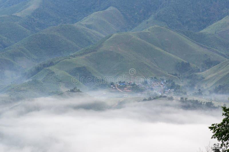 Dorf im Nebel im Winter lizenzfreies stockfoto