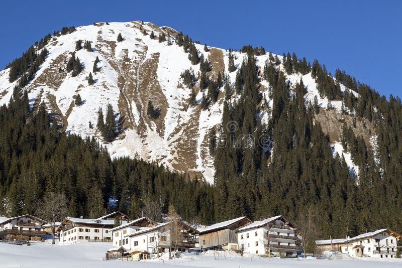 Dorf im Schnee, österreichisch lizenzfreie stockfotos