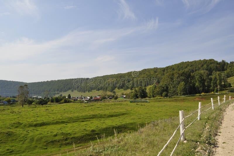 Dorf im Tal des Flusses Yuryuzan, Kirchhof stockfotos