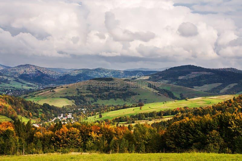 Dorf im Tal am Fuß der Berge stockbilder