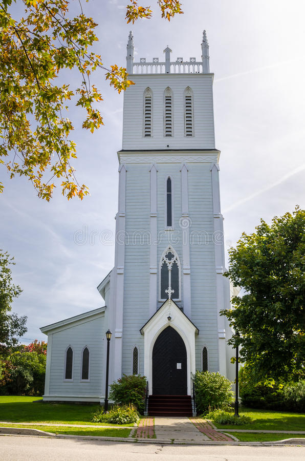 Dorf-Kirche auf bewölkten Autumn Day lizenzfreie stockfotografie