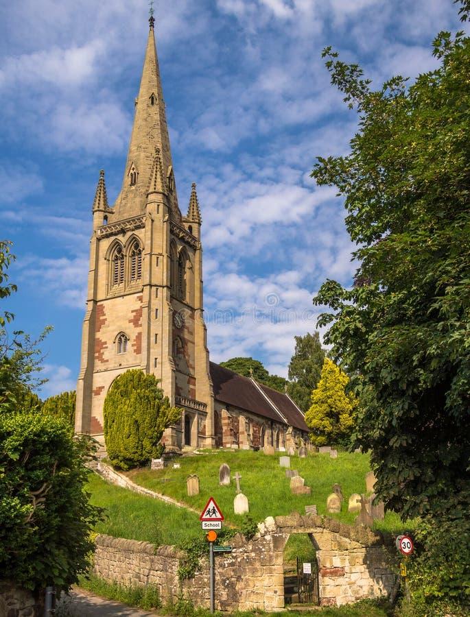 Dorf-Kirche auf einem Hügel, England lizenzfreie stockbilder