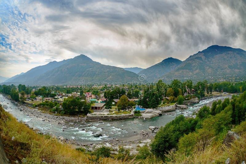 Dorf in Kullu-Tal, Beas-Flussvordergrund stockfoto