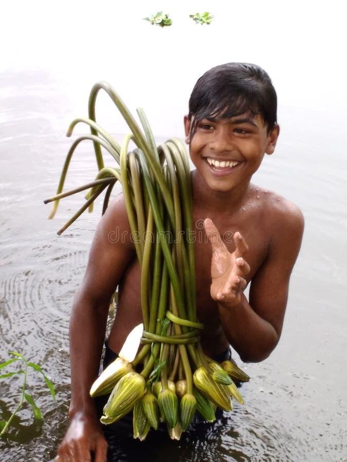 Dorf-Lächeln-Jungen lizenzfreie stockbilder