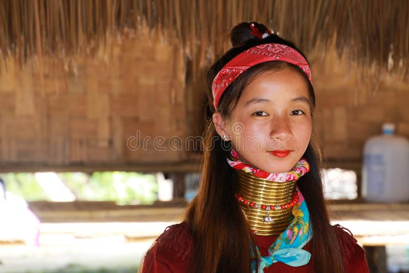 DORF LONGNECK KAREN, THAILAND - 17. DEZEMBER 2017: Nahes hohes Porträt des jungen langen Halsmädchens mit Thanaka-Gesichtsmalerei stockbild