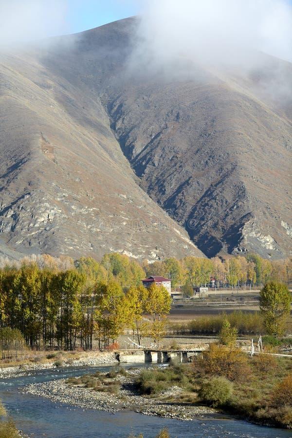 Dorf nahe Bergen stockbild