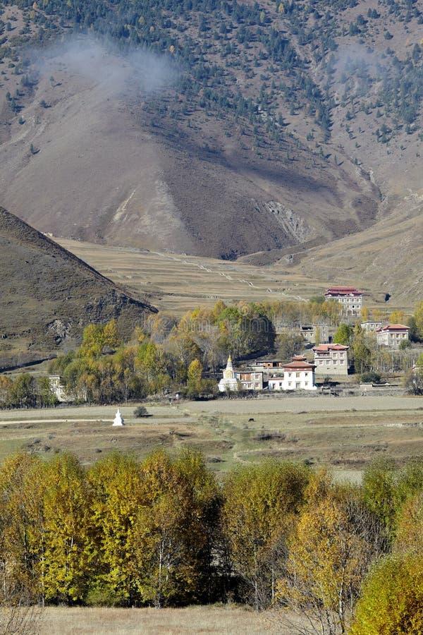 Dorf nahe Bergen stockfotos