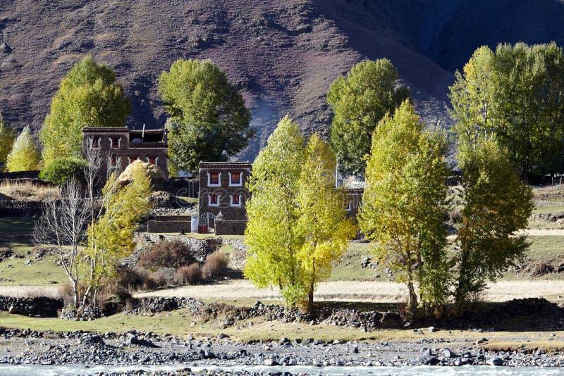 Dorf nahe Bergen stockfoto