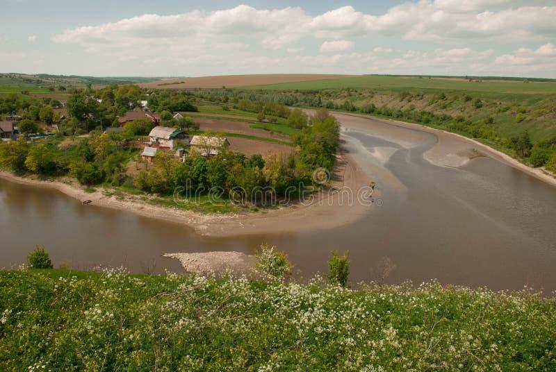 Dorf nahe Fluss lizenzfreie stockfotos