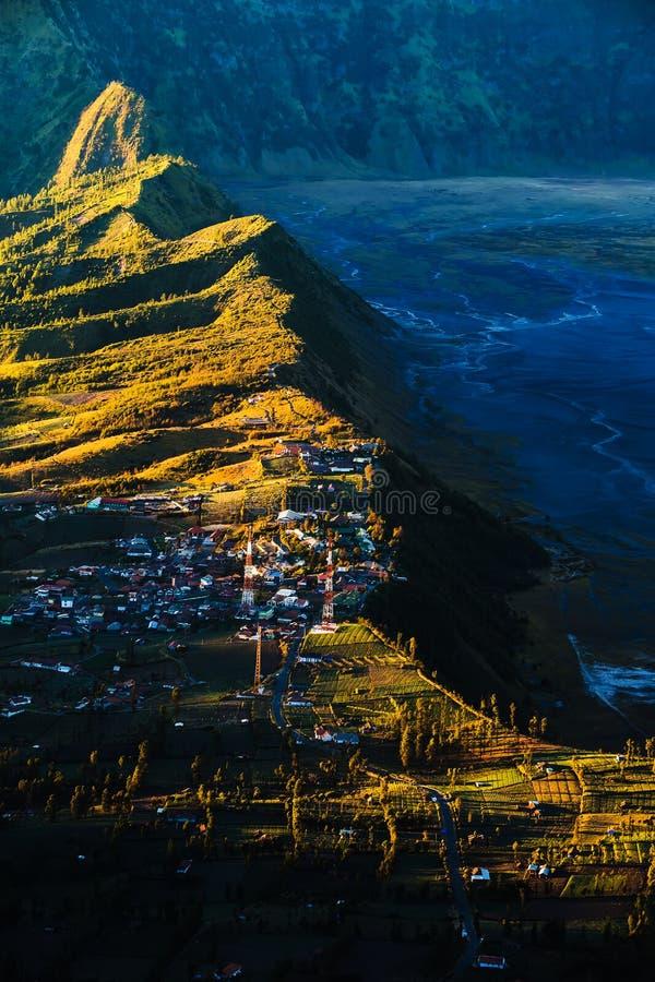 Dorf nahe Klippe an Bromo-Vulkan in Tengger Semeru nationales p stockbild