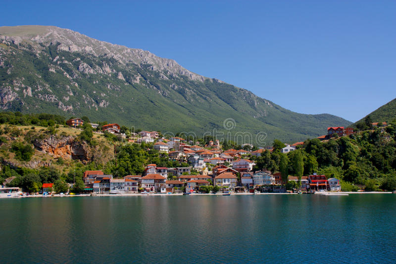 Dorf am Ohrid See stockfotos
