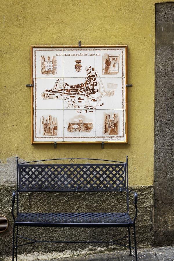Dorf in Toskana, alte Mitte Mutter mit zwei Töchtern lizenzfreie stockfotos