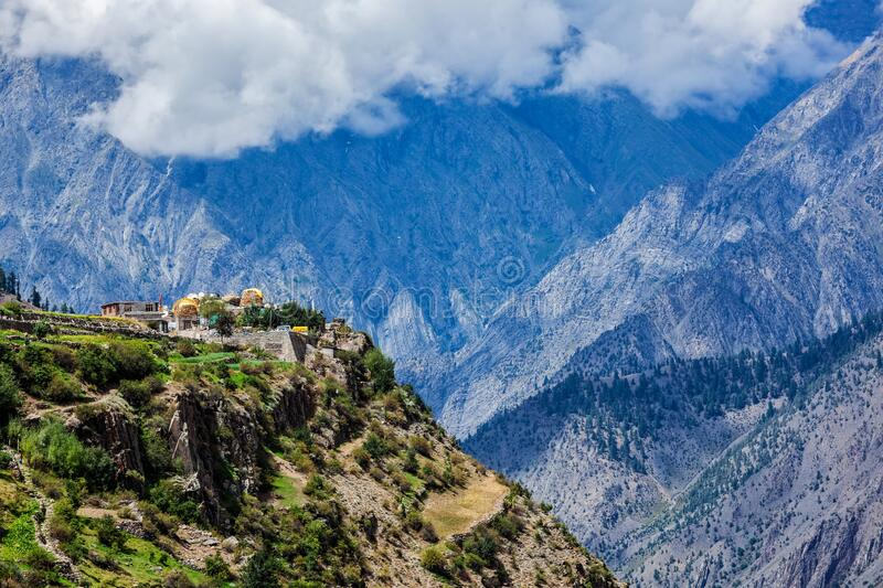Dorf Triloknath in Himalayas stockfotos