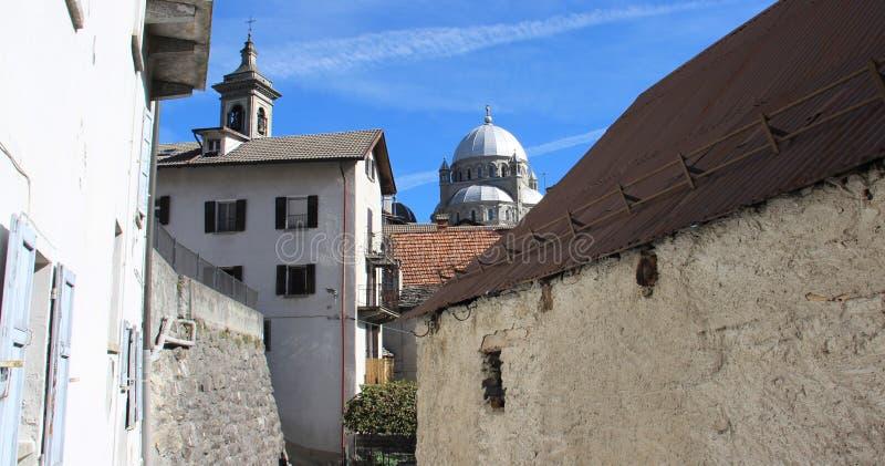 Dorf und alte Dorf-Kirche lizenzfreies stockbild