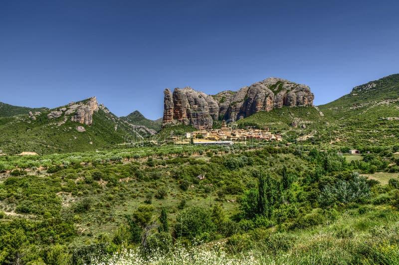 Dorf unter den Felsen lizenzfreie stockfotografie