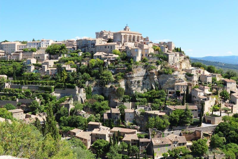Dorf von Gordes nach einem Felsen, Frankreich stockfotografie