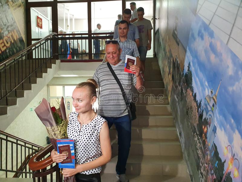 DORF VON POKROVSKOYE, NEKLINOVSKY-BEZIRK, ROSTOW OBLAST, RUSSLAND am 14. Juni 2019 die Eröffnung einer Mitte für die Ausgabe von  lizenzfreie stockfotos