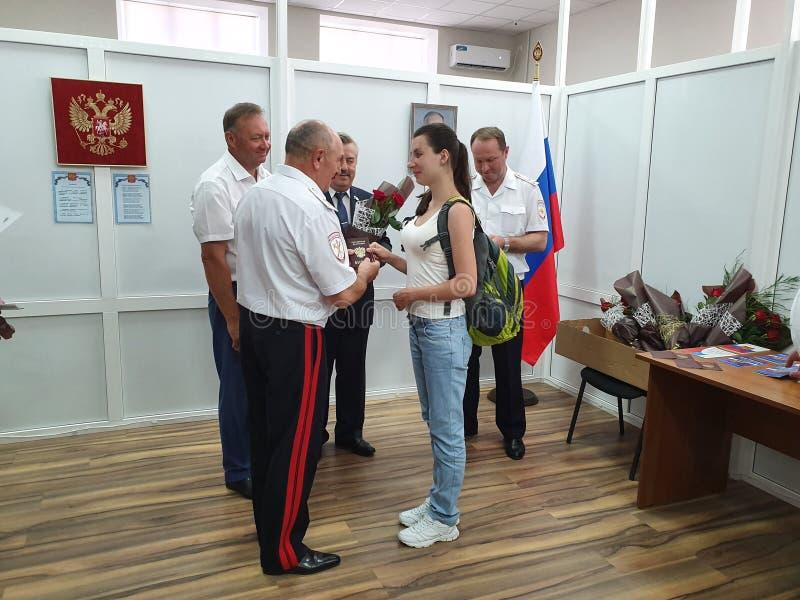 DORF VON POKROVSKOYE, NEKLINOVSKY-BEZIRK, ROSTOW OBLAST, RUSSLAND am 14. Juni 2019 die Eröffnung einer Mitte für die Ausgabe von  stockbild
