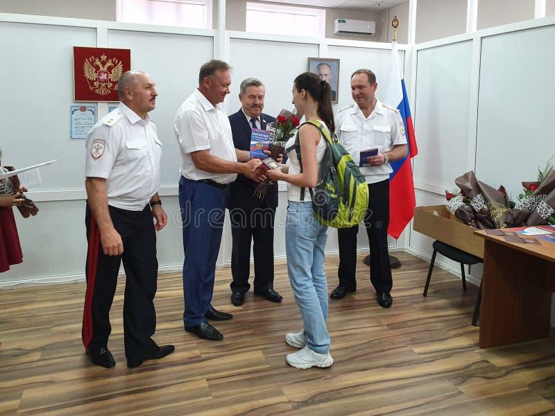 DORF VON POKROVSKOYE, NEKLINOVSKY-BEZIRK, ROSTOW OBLAST, RUSSLAND am 14. Juni 2019 die Eröffnung einer Mitte für die Ausgabe von  stockfoto