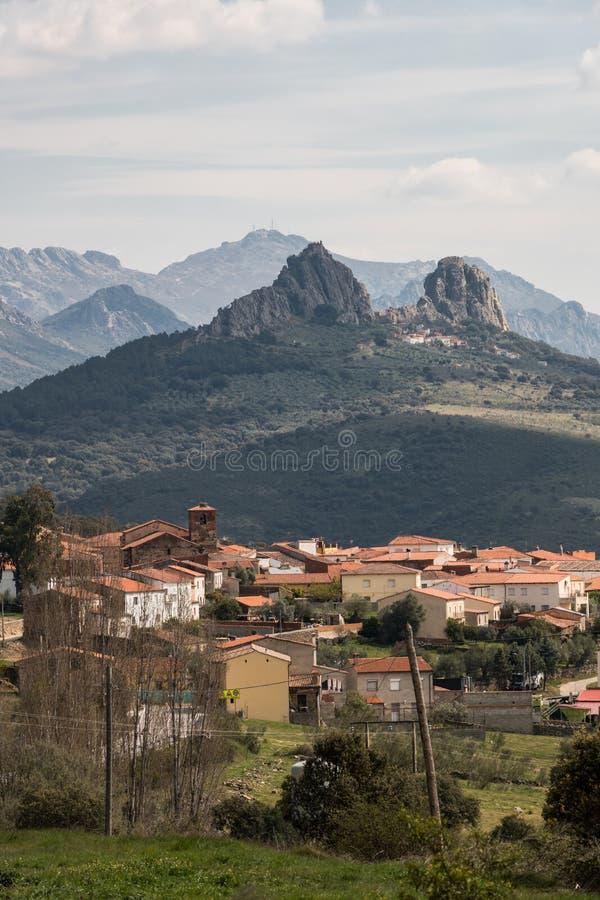 Dorf von Retamosa und der charakteristische Gebirgszug des Villuercas Ibores Jara Geopark in Extremadura stockfotografie