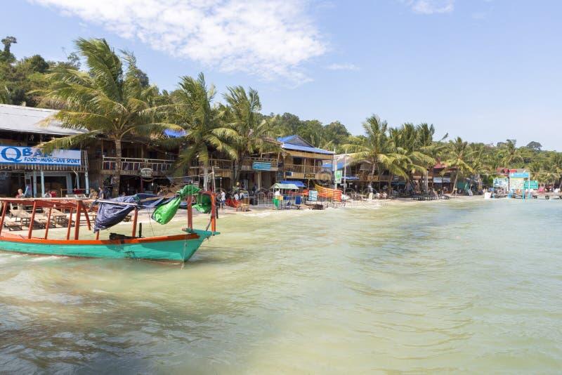 Dorfansicht mit Khmerbooten, Strand von Koh Rong kambodscha lizenzfreie stockfotos