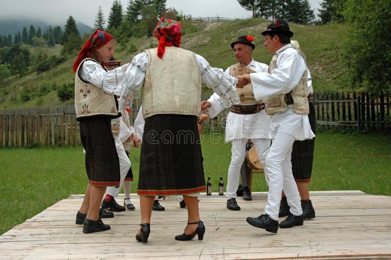 Dorfbewohner, die in traditionelle Kleidung tanzen lizenzfreie stockfotos