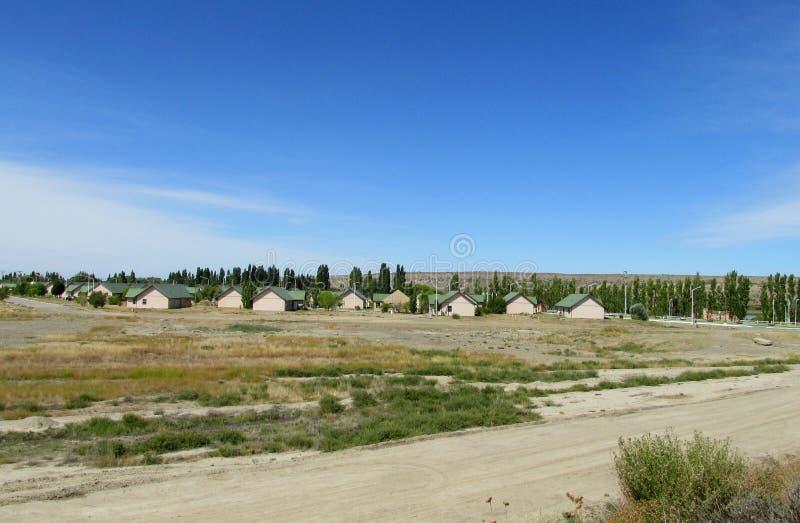 Dorfhäuser mit grünen Dächern lizenzfreies stockbild