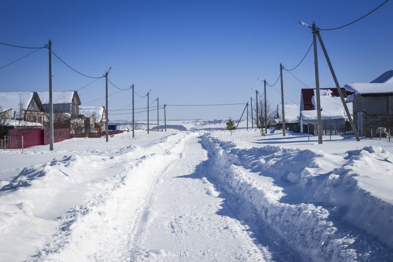 Dorfstraße an einem sonnigen Wintertag lizenzfreie stockfotos