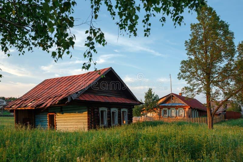 Dorfstraße im Sommer Verlassenes Protokollhaus Dorf von Visim, Swerdlowsk-Region, Russland lizenzfreie stockbilder