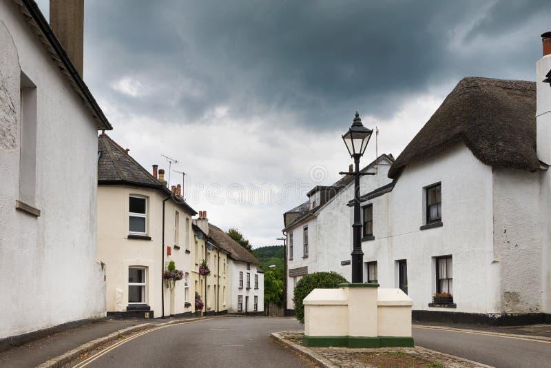 Dorfstraße mit weißen Häusern, Moretonhampstead, Devon, Engla stockbilder