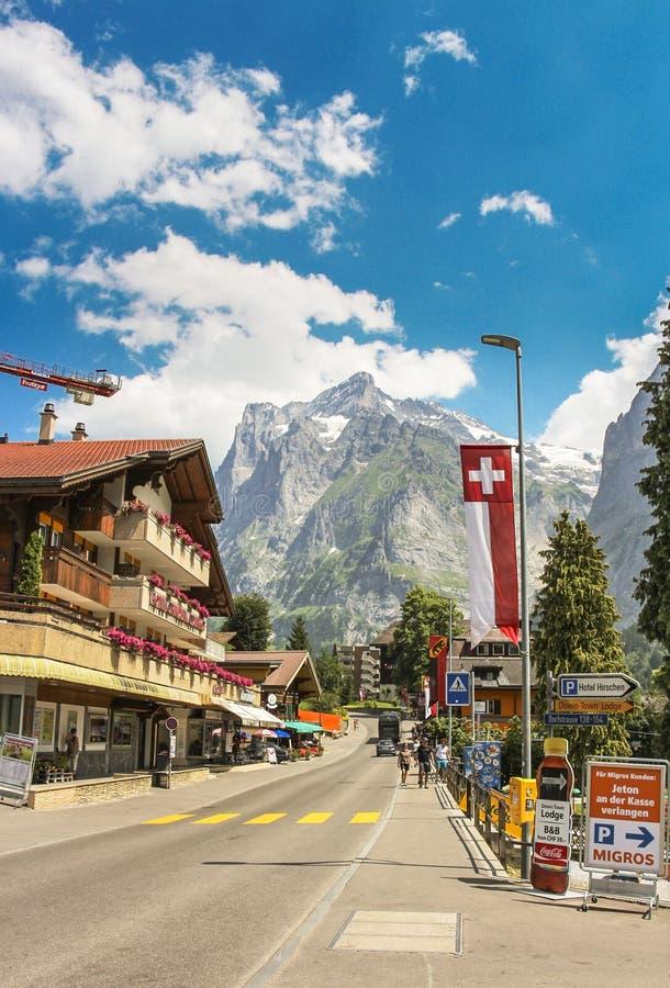 Dorfstrassestraat in Grindelwald met delen van Mattenberg op de achtergrond royalty-vrije stock fotografie