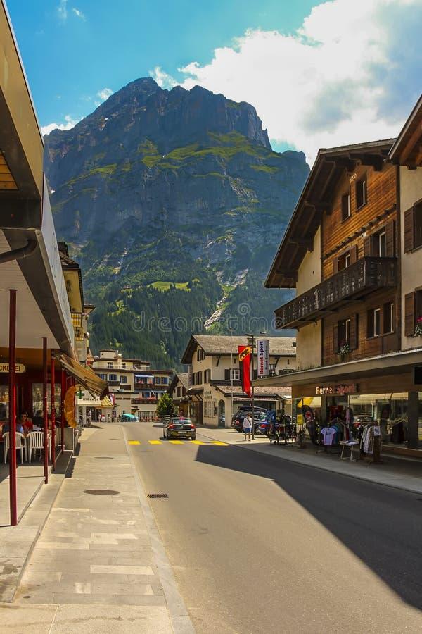Dorfstrassestraat in Grindelwald met delen van Mattenberg op de achtergrond royalty-vrije stock afbeelding