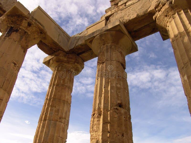 Dorische kolommen op de hemelachtergrond stock afbeelding