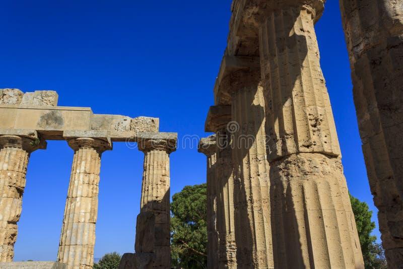 Dorische Kolonnade des griechischen Tempels E bei Selinus in Selinunte - Sizilien, Italien lizenzfreie stockbilder