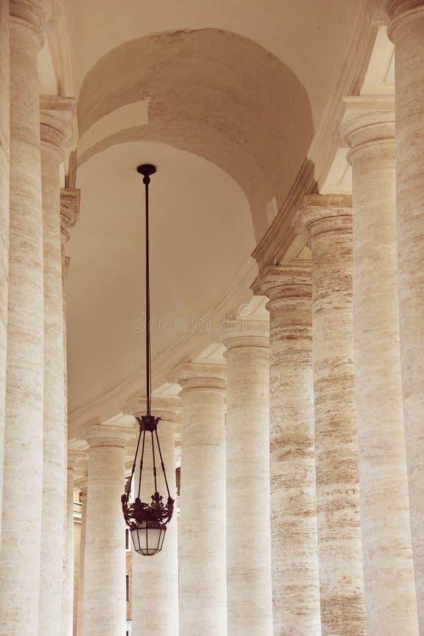 Doriska kolonner av basilikan för St Peter ` s i Vaticanen, Rome, Italien royaltyfria bilder