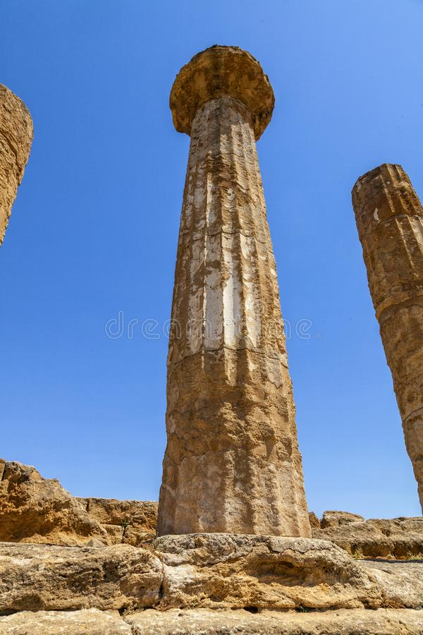 Doriska kolonner av Hercules eller den Heracles templet Det mest forntida av de Akragantine templen Tempel dal, Agrigento, Sicili royaltyfria foton