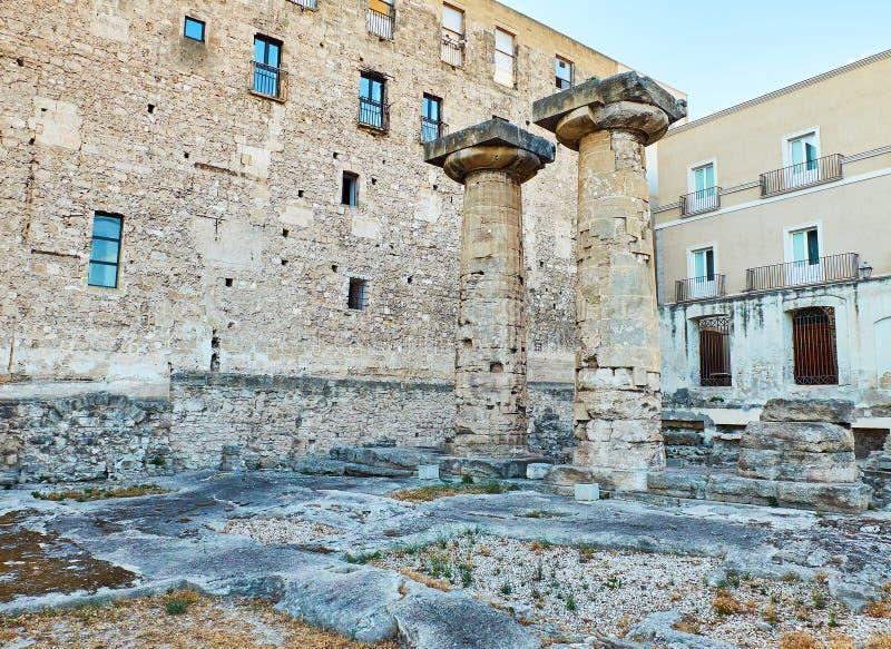 Doriska kolonner av templet av Poseidon på Taranto Apulia Italien arkivbilder