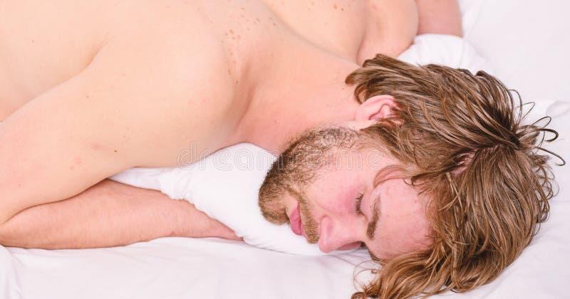 Dorma e rilassi il concetto Sonno bello del tipo dell'uomo Il sonno ? vitale al vostre fisico e salute mentale Abitudini sane di  immagine stock libera da diritti