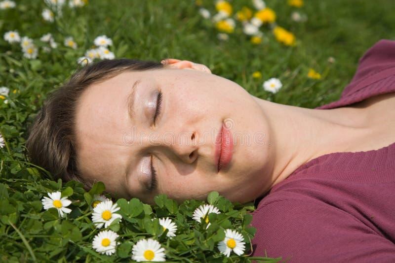 Dormendo con i fiori fotografia stock
