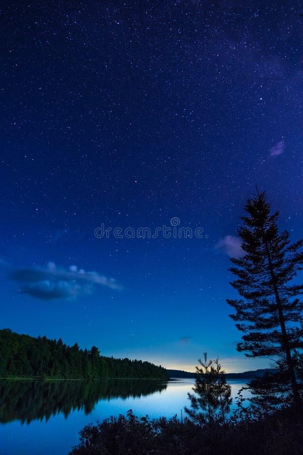 Dormendo sotto le stelle durante il nostro viaggio dicampeggio immagine stock