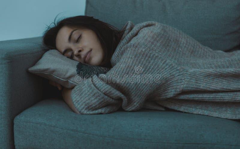 Dormendo sul sofà fotografie stock