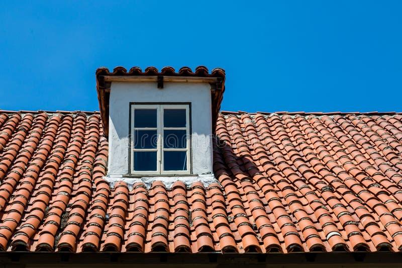 Dormer na Czerwonym Dachówkowym dachu obraz stock