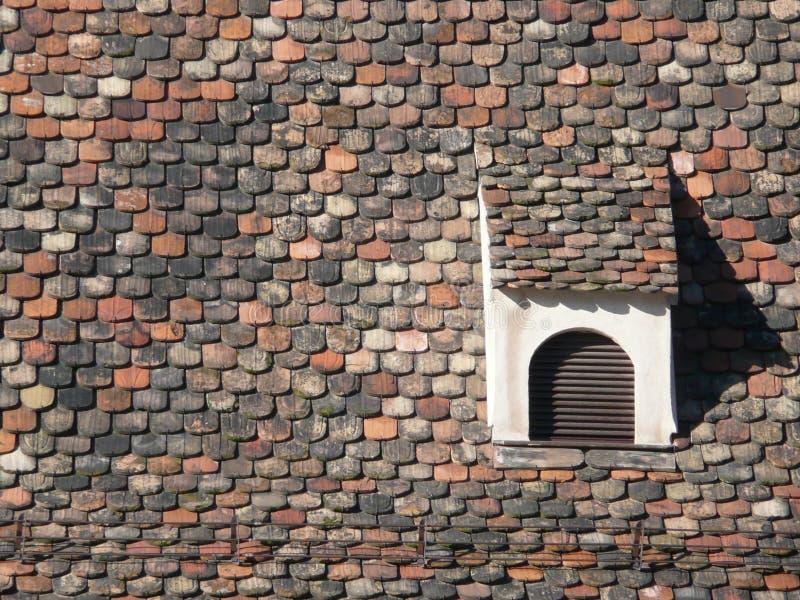 Dormer no telhado com as telhas da cauda do castor imagem de stock royalty free