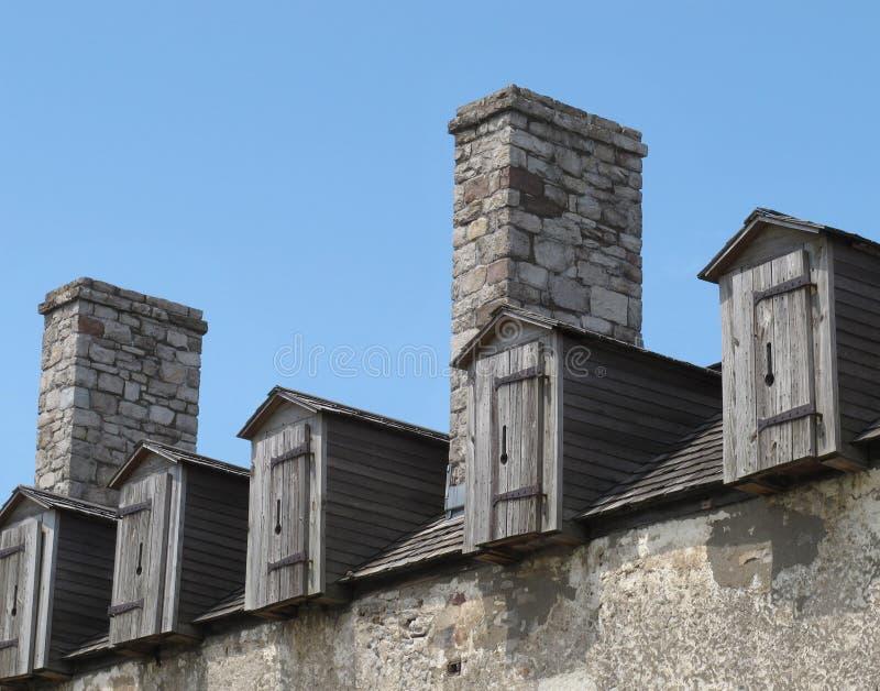 Dormers de madeira velhos no edifício de pedra foto de stock royalty free