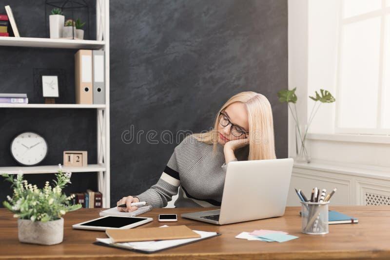 Dormida cansado da mulher de negócio no escritório moderno foto de stock royalty free