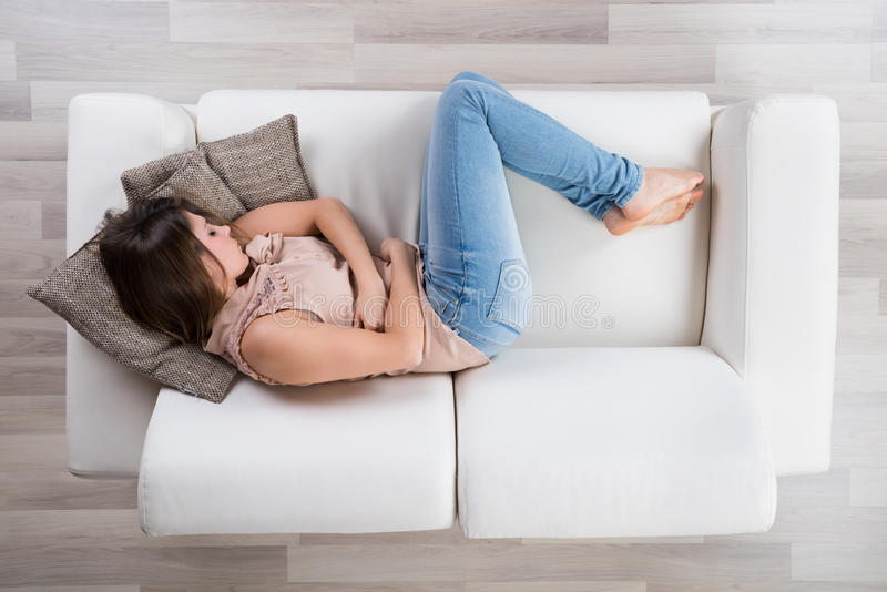 Dormida da jovem mulher no sofá foto de stock royalty free