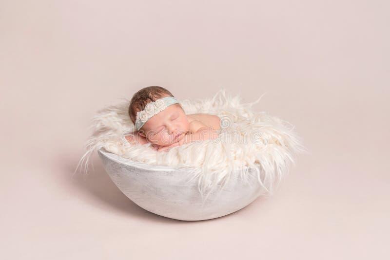 Dormida do bebê no descanso enorme fotos de stock royalty free