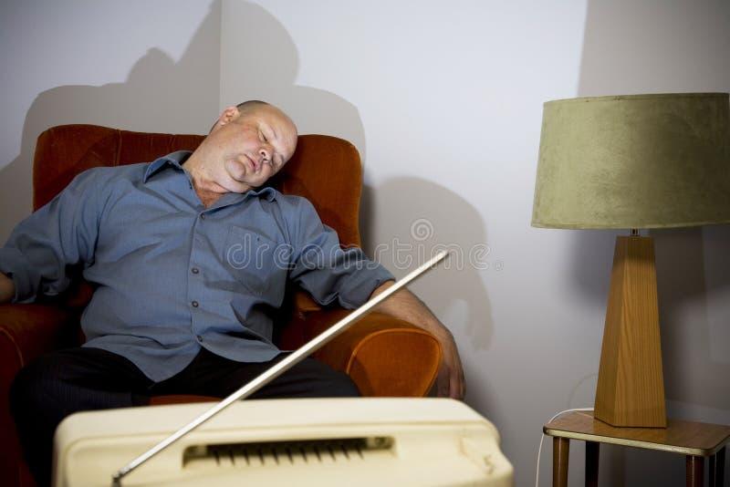 Dormido delante de la TV imagen de archivo