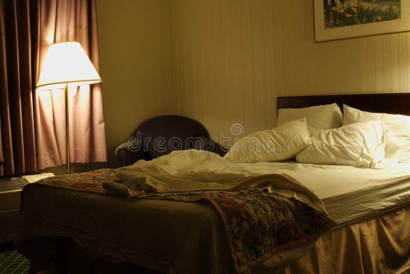 Dormido en cama del hotel fotografía de archivo