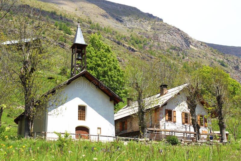 Dormillouse szkoła w francuskim Hautes Alpes i świątynia zdjęcia stock